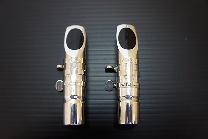 左がセルマー・ジャズメタルEで右がセルマー・ジャズメタルDです。個人的にはDの方が吹きやすかったです。